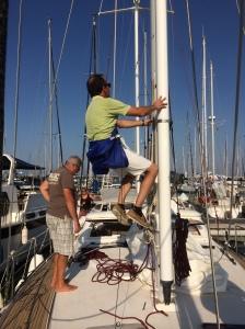 Olivier besiktigar  masten minutiöst noga